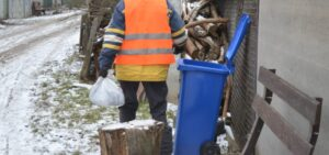 У Лебедині мешканці безкоштовно отримали від комунальників сміттєві контейнери