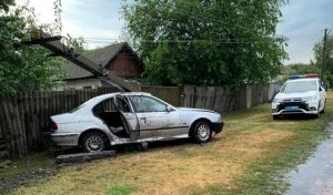 """На Сумщині водій """"BMW"""" врізався у стовп: є постраждалі"""